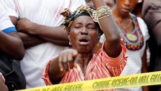 Mama huyu aliyepoteza mtoto wake kwenye mkasa huo anaomboleza nje ya hospital siku moja kabla ya kuutambua mwili wake.