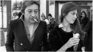 በፈረንጆች 1970ዎቹ ትምባሆ ማጤስ እንደ ዝመና የሚታይበት ዘመን ነበር። የዚያ ዘመን እውቁ ሙዚቀኛ ሰይሽ ገኒሽቡህ (Serge Gainsbourg) ከአፉ ትምባሆ ተለይቶት አያውቅም ነበር።