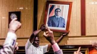 Retiran el cuadro de Mugabe.