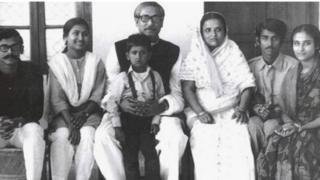 পরিবারসহ শেখ মুজিবুর রহমান