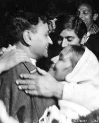 पालम हवाई अड्डे पर धीरेंद्र एस जाफ़ा को गले लगाती उनकी मां प्रकाशवती