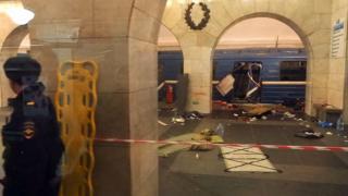 線路内で起きた爆発で大きく破損した車両は技術大学駅で止まった(3日)