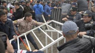 УКМКнын жанына топтолгондор Садыр Жапаровду бошотууну талап кылышкан.