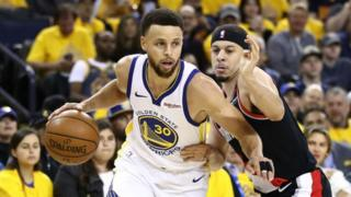 Steph Curry na murumuna we Seth nibo bavandimwe ba mbere bahuye bahanganye kuri NBA Playoff finals Photo GettyImages