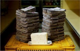 కిలో వెన్న, దానిని కొనుగోలు చేయటానికి అవసరమైన 7,500,000 బొలీవర్ల కట్టలు