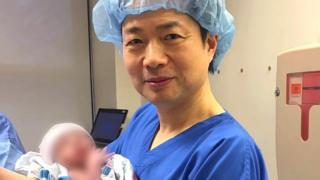 O médico John Zhang com o bebê