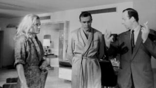 """Гай Хэмилтон (оңдо) """"Алтын манжа"""" тасмасын тартуу учурунда Шон Коннер жана Ширли Итон менен."""