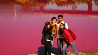 Pemandangan itu menarik perhatian banyak wisatawan yang memenuhi area danau pada setiap musim panas sejak tahun 2013