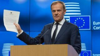 英政府から届けられた離脱通知の手紙を手に記者会見する、ドナルド・トゥスク欧州理事会議長(29日、ブリュッセル)