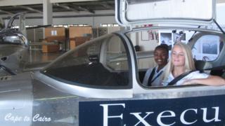 ميغان (يمين) قائدة للطائرة وأنييس (يسار) ضمن فريق الدعم