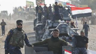 جنود عراقيون على متن آليات عسكرية في بلدة الشورى جنوبي الموصل