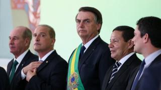 Foto mostra Bolsonaro, no centro, com ministros empossados (Onyx Lorenzoni à esquerda, vice-presidente Mourão e novo ministro da Justiça Sergio Moro)