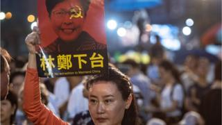香港维园六四烛光晚会中,有人举牌抗议《逃犯条例》,并促请行政长官林郑月娥下台。