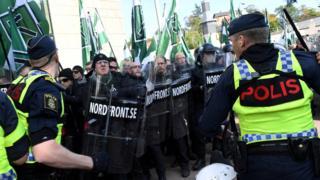 Многие неонацисты были хорошо экипированы для столкновений