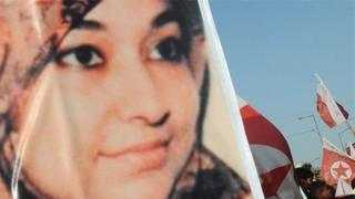 ڈاکٹر عافیہ کو جولائی دو ہزار آٹھ میں افغان پولیس نے کیمیائی اجزا رکھنے اور ایسی تحریریں رکھنے پر گرفتار کیا تھا جن میں نیویارک پر حملے کا ذکر تھا جس میں بھاری جانی نقصان ہونا تھا۔