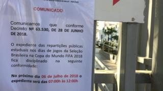 Cartaz em posto de Pinheiros, em SP, anuncia fechamento de unidade três horas antes do jogo Brasil e Bélgica pela Copa da Rússia