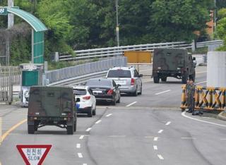 한국 관계자들이 탄 차량이 지난 6월 8일 개성공단을 빠져나가고 있다