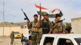 Sunni volunteers prepare to support Iraqi government forces encircling the city of Ramadi (10 October 2015)