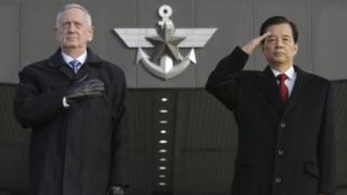 Umushikiranganji wo kwivuna abansi wa Amerika James Mattis na mugenzi we wa Korea ya ruguru Han Min-koo.