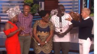 Achieng Agutu (kushoto alievaa gauni jekundu) pamoja na familia yake, ( kulia) ni Ellen Degeneres muongozaji wa kipindi cha The Ellen Show