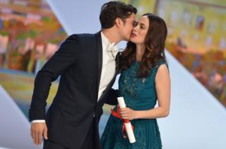 ممثل وممثلة يتبادلان قبلة التحية التي بدأت من فرنسا وانتشرت في العالم
