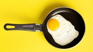 هل البيض يسبب أمراض القلب أم يقي منها؟