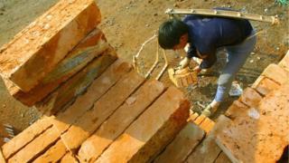 工人运送砖头。