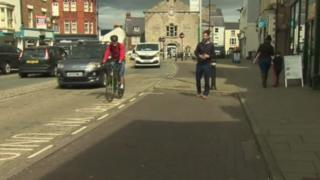 A one-way traffic plan in parts of Denbigh has sparked protest from businesses