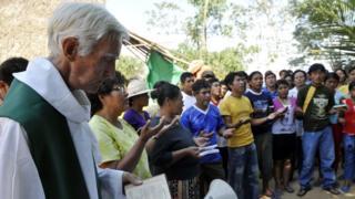 Un cura católico celebra misa en una zona amazónica de Bolivia.