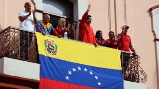 Nicolás Maduro ao lado de outras pessoas na Varanda do Palácio da Cidade de Miraflores, a sede do governo da Venezuela, em 23 de janeiro