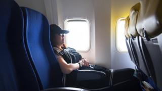 Mulher viaja de avião