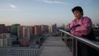 평양에 위치한 주체타워에서 시내를 보는 북한 여성