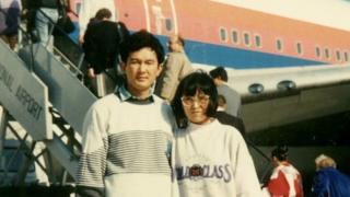 1989年11月21日,項小吉與妻子流亡美國