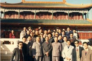 鲍彤与中共中央政治体制改革办公室全体工作人员在中南海紫光阁合影,1987年11月。