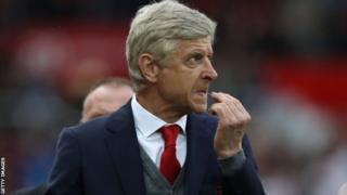 Wenger arahayagiza abakinyi biwe mu rukino rwabahuje na Liverpool aho banganije ibitego 3-3