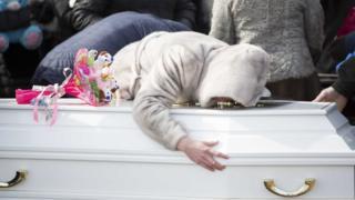 В Кемерове начались похороны погибших при пожаре в ТЦ