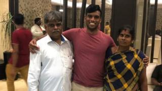 الشاب مع والديه