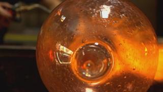 Vidrio ardiendo con burbujas