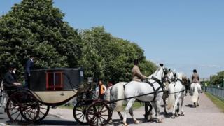 Ландо с четырьмя виндзорскими лошадками у Виндзорского замка