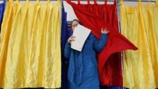 Женщина на избирательном участке в Румынии