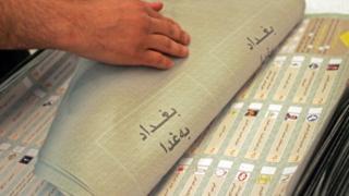 أرشيف: عامل يحصي قوائم الاقتراع للانتخابات البرلمانية في 3 أيار/مايو 2010 في بغداد، العراق