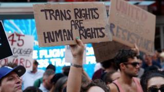 ABD Başkanı Donald Trump'ın trans bireylerin orduda görev yapmalarını yasaklamasını protesto edenler