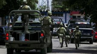 Soldiers arrive to the police headquarters during an operation to investigate collusion with organised crime, in Acapulco, Mexico September 25, 2018.