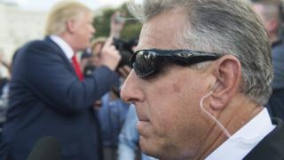 Сотрдуник безопасности во вреимя выступления Трампа в Вашингтоне во время праймериз