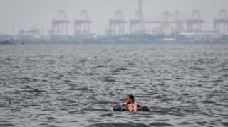 Традиционные пасхальные омовения в водах Манильской бухты