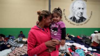 미국으로 향하는 캐러밴 행렬에 동참한 온두라스 이주민이 과테말라 대피소에서 딸과 함께 있는 모습
