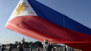 กฎหมายเรื่องการเคารพธงและสัญญลักษณ์ต่าง ๆ ของชาติรวมทั้งเพลงชาติกำลังอยู่ในระหว่างการพิจารณาของวุฒิสภาฟิลิปปินส์ แต่ก็มีเสียงวิพากษ์วิจารณ์ในวงกว้างจากนักกฎหมายในประเทศ