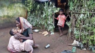 મહિલા અને બે નાના બાળકોની તસવીર