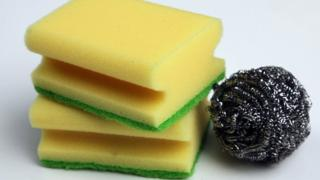 Household cleaning products: sponges and scourer