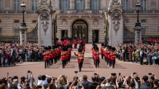 Changing-of-the-guard-at-Buckingham-palace